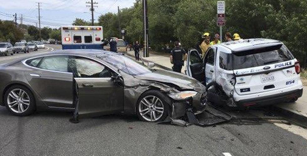 Ny krasch – självkörande Tesla rammade parkerad polisbil