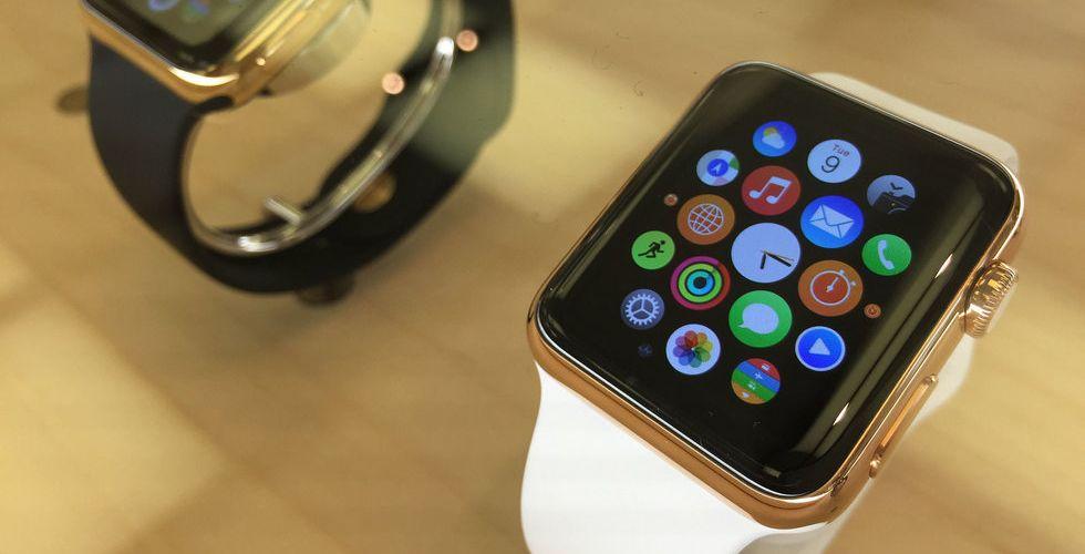 Männen jublar över Apple Watch