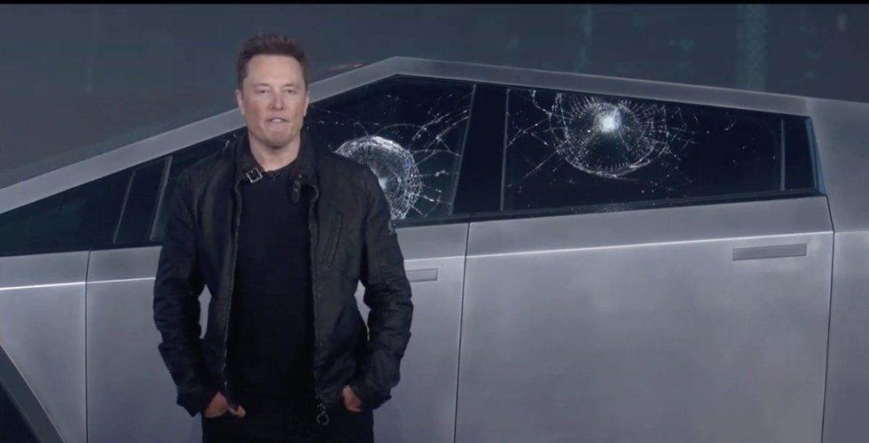 Här krossas rutan – på Teslas okrossbara Cybertruck
