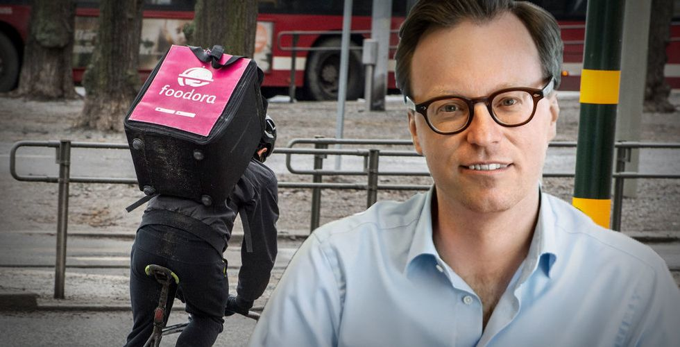 Hans Skruvfors, koncernchef på Foodora, frilagd framför ett cykelbud.