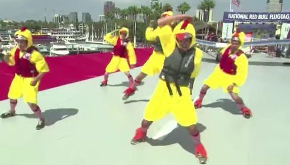 Här dansar Larry Pages hemliga ingenjörer loss i kycklingdräkter