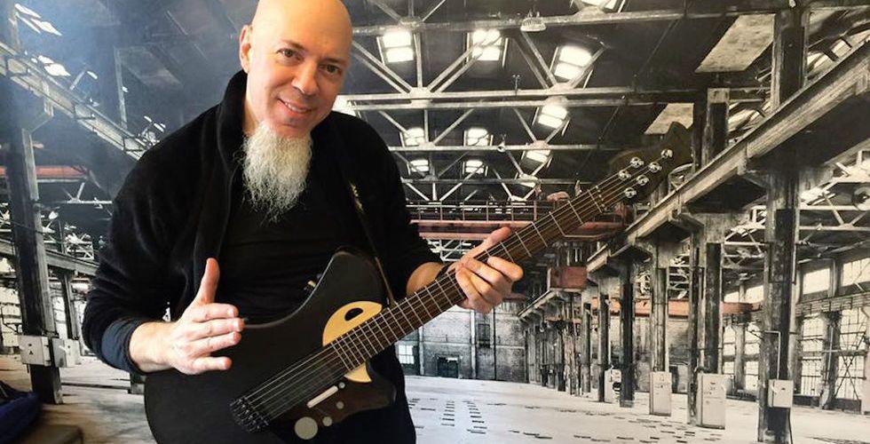 Känd amerikansk musiker investerar i svensk smart gitarr