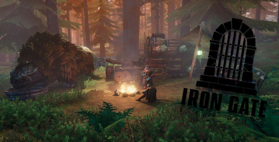 En bild från spelet Valheim på karaktärer runt en brasa.