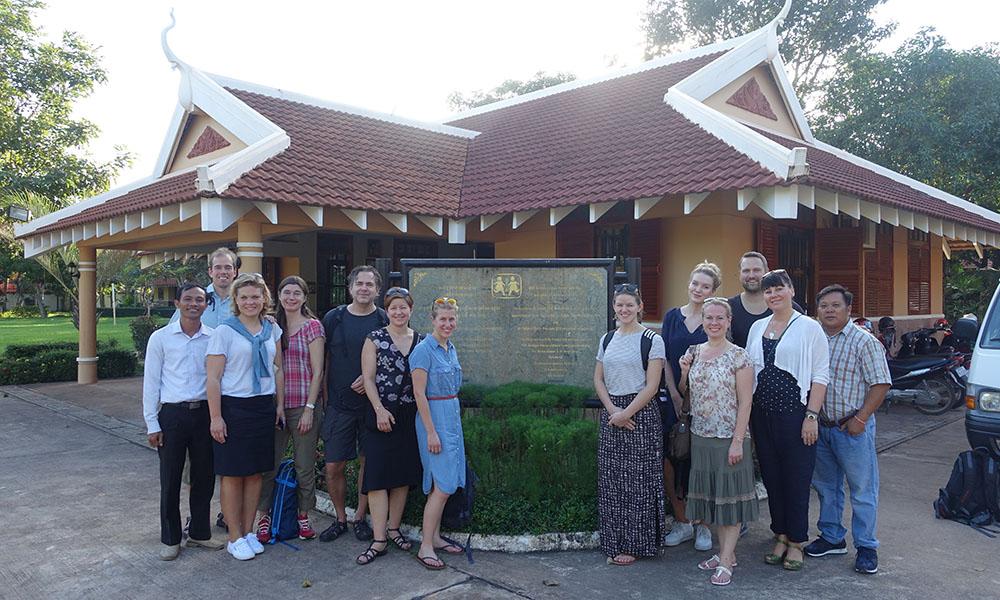 Medarbetare från Apotea tillsammans med representanter från SOS Barnbyar i Sverige och Kambodja.